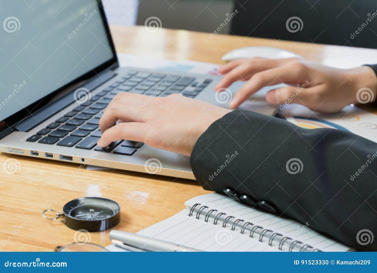 Houten Bureau Gebruikt.Vrouwenhand Die Met Telefoon En Laptop Aan Houten Bureau In Bureau