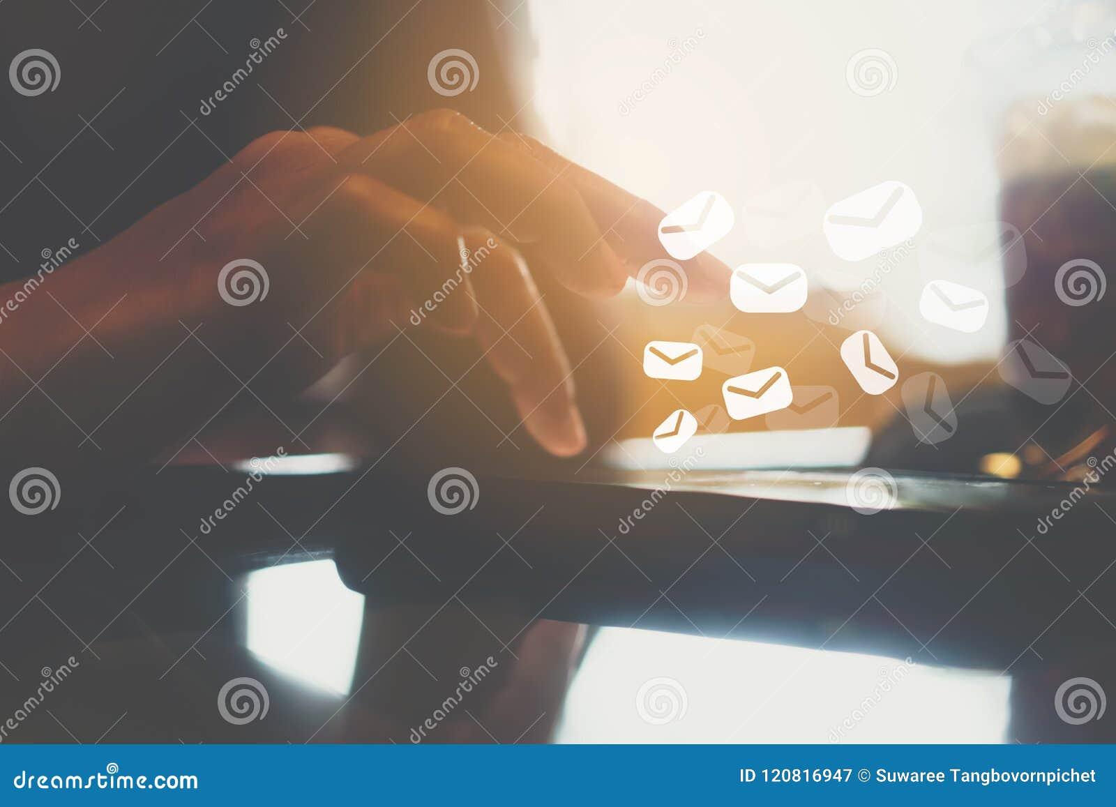 Vrouwenhand die smartphone gebruiken om e-mail voor zaken op aard bokeh achtergrond te verzenden en te ontvangen