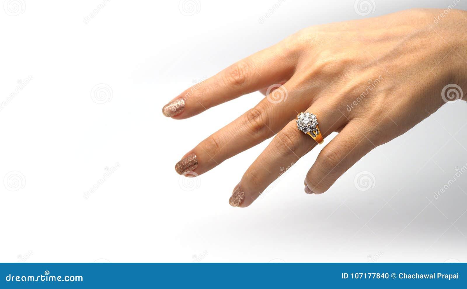 Vrouwenhand met gouden diamantring
