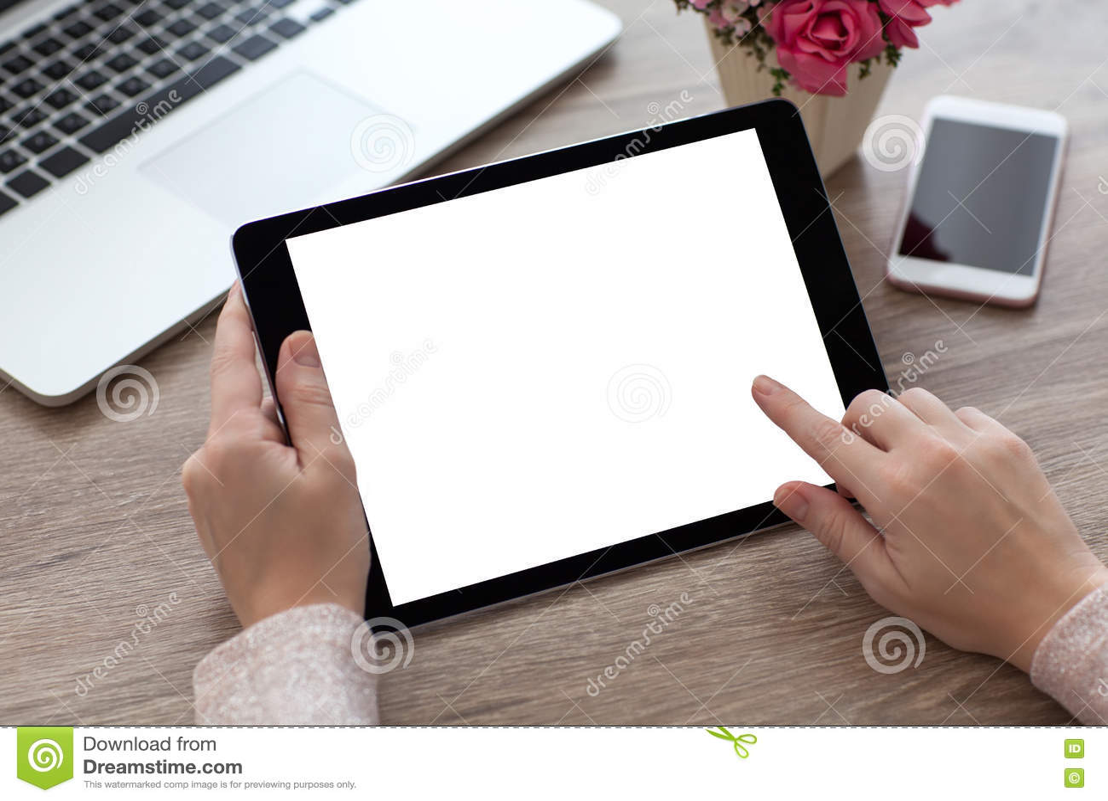 Vrouwenhanden die de computer van tabletpc met het geïsoleerde scherm houden
