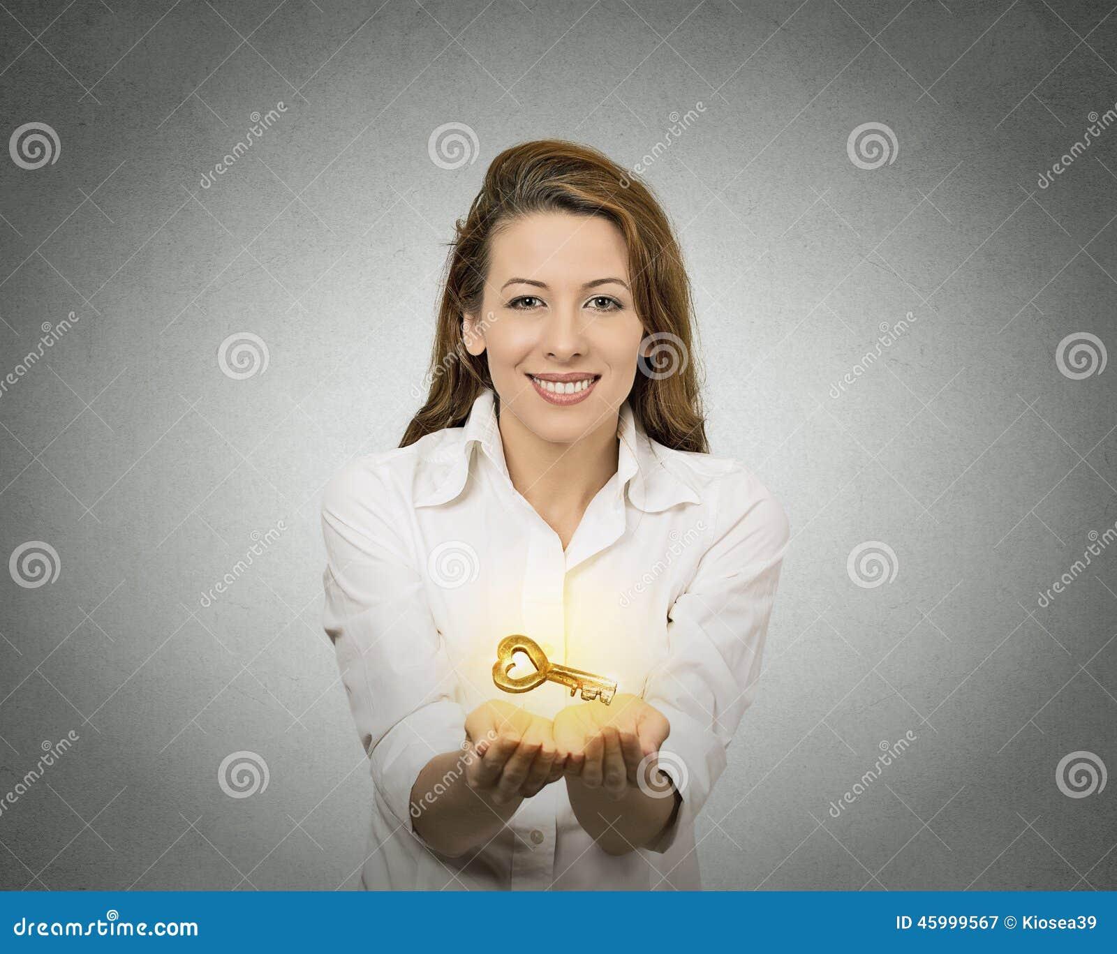 Vrouwenhanden die het aanbieden van nieuwe sleutel houden