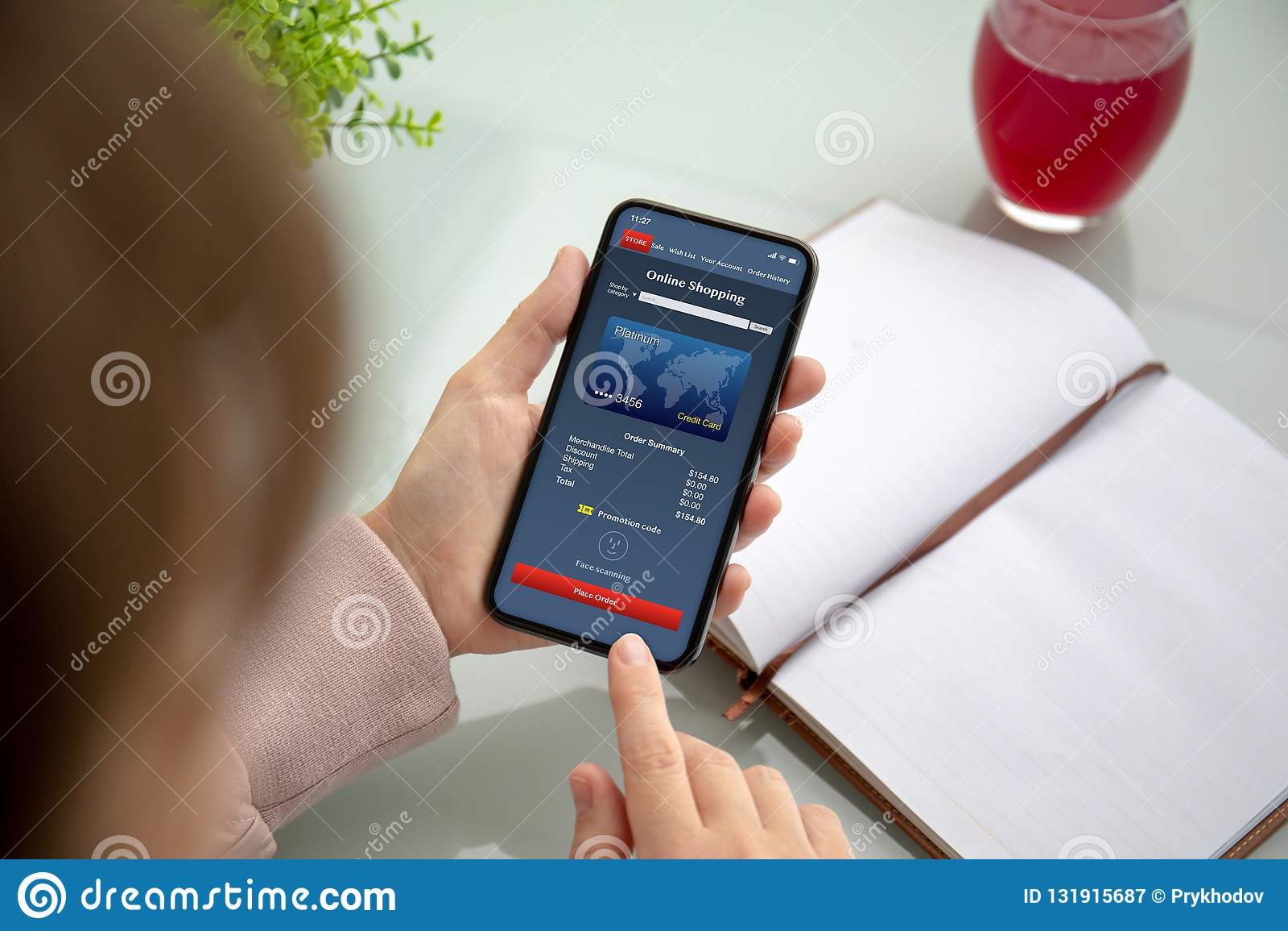 Vrouwenhanden die telefoon met app het online winkelen op het scherm houden