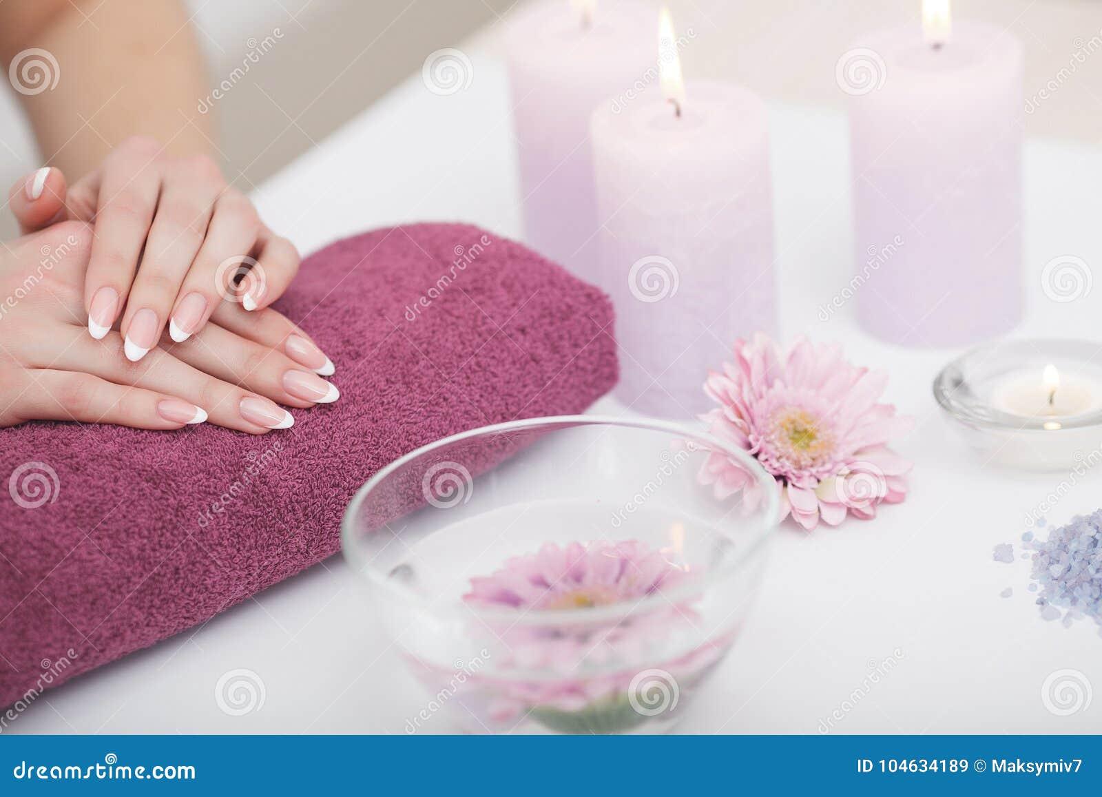 Download Vrouwenhanden Met Mooie Franse Manicurespijkers Stock Afbeelding - Afbeelding bestaande uit achtergrond, wapen: 104634189