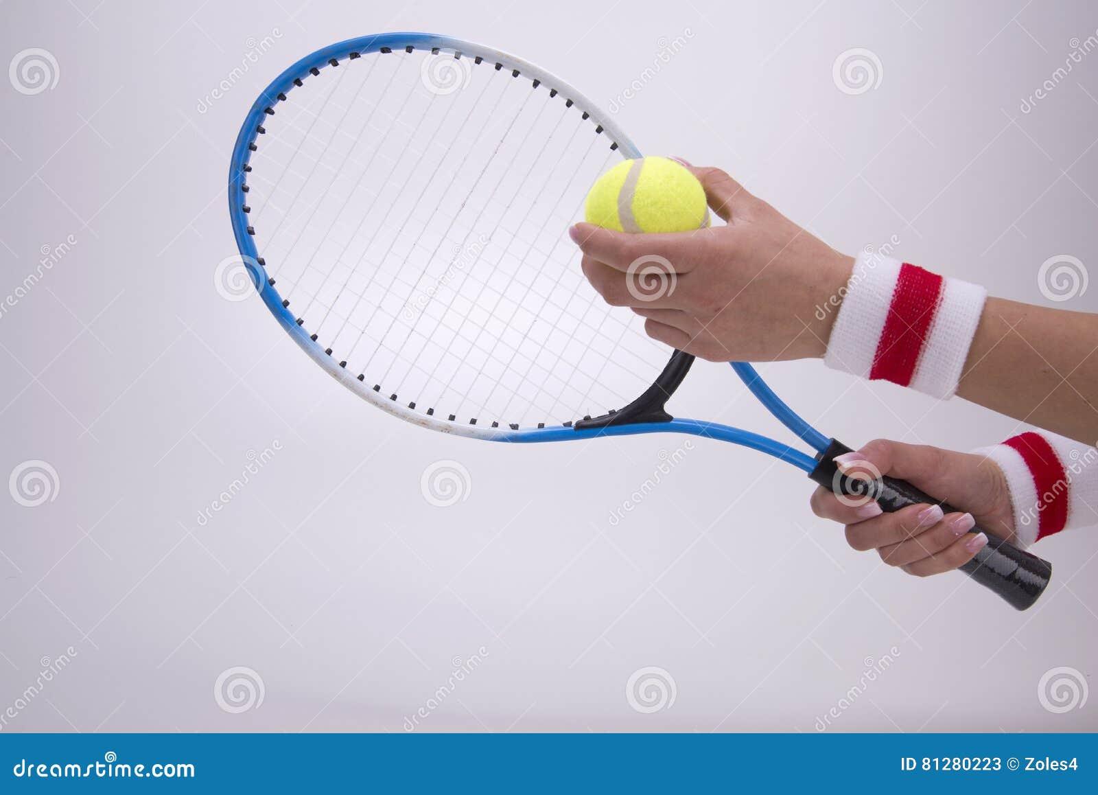 Vrouwenhanden met tennisracket