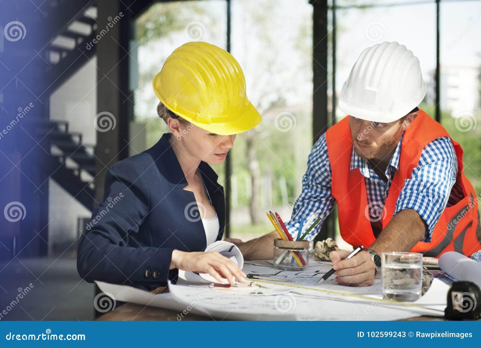 Vrouweningenieur bij plaatsbouw