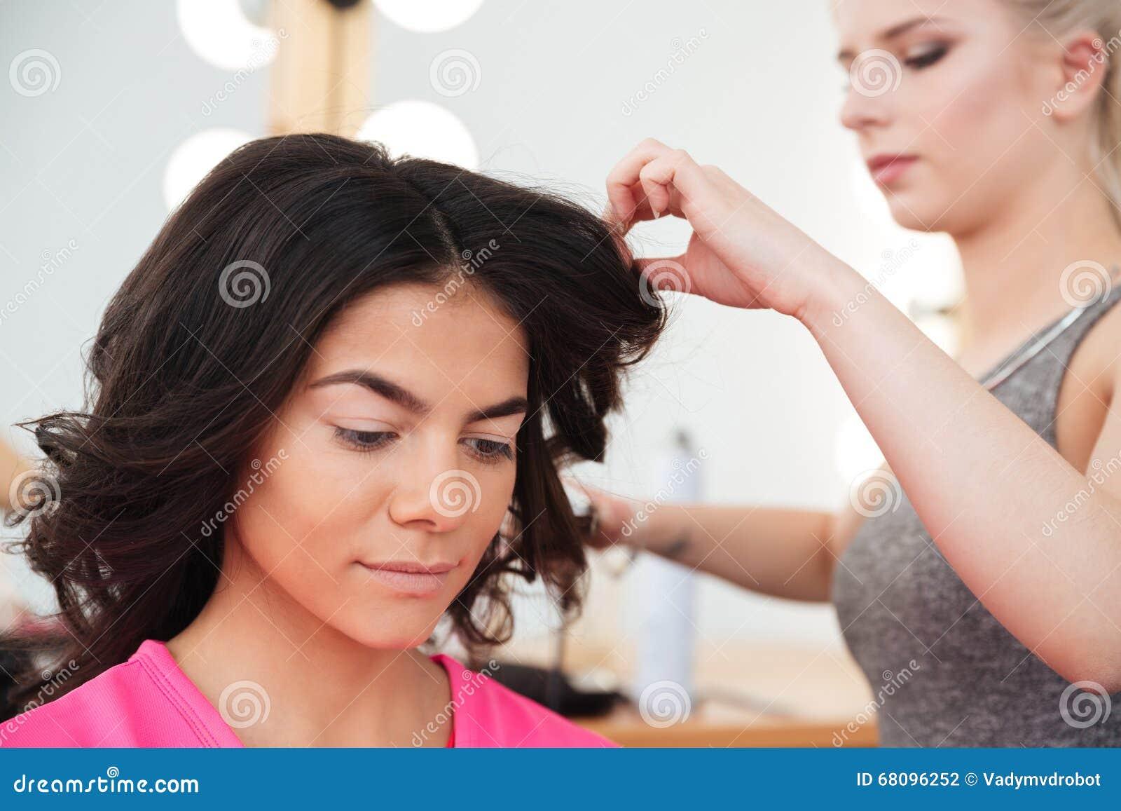 Vrouwenkapper die tot kapsel maken aan jong wijfje