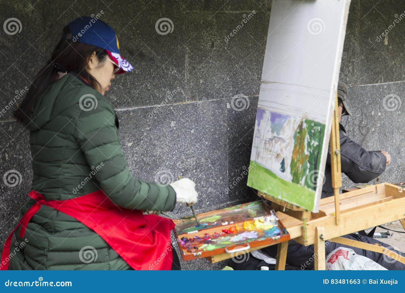 Vrouwenkunstenaar het schilderen in suzdal, Russische federatie