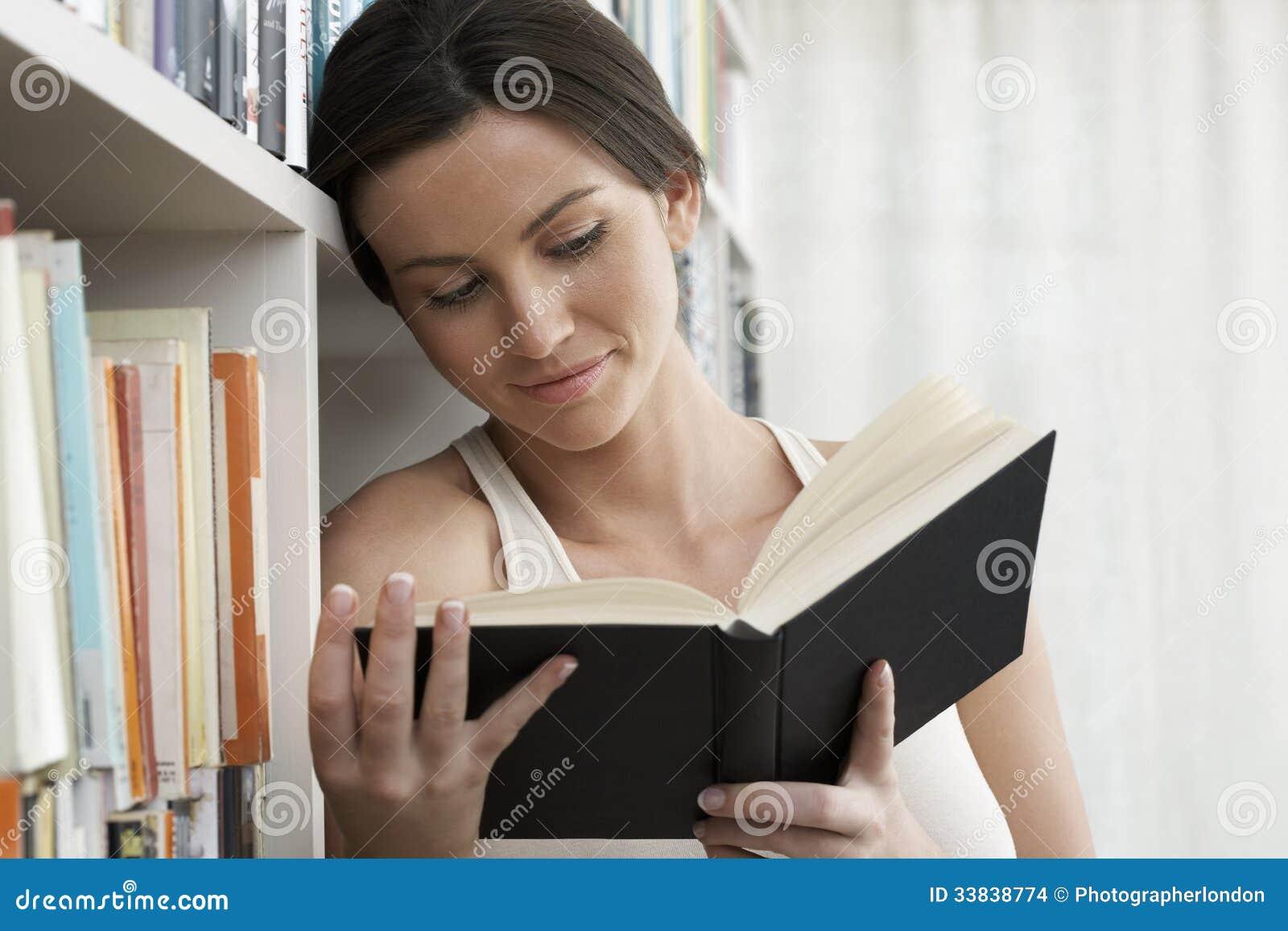 Vrouwenlezing door Boekenrekken thuis
