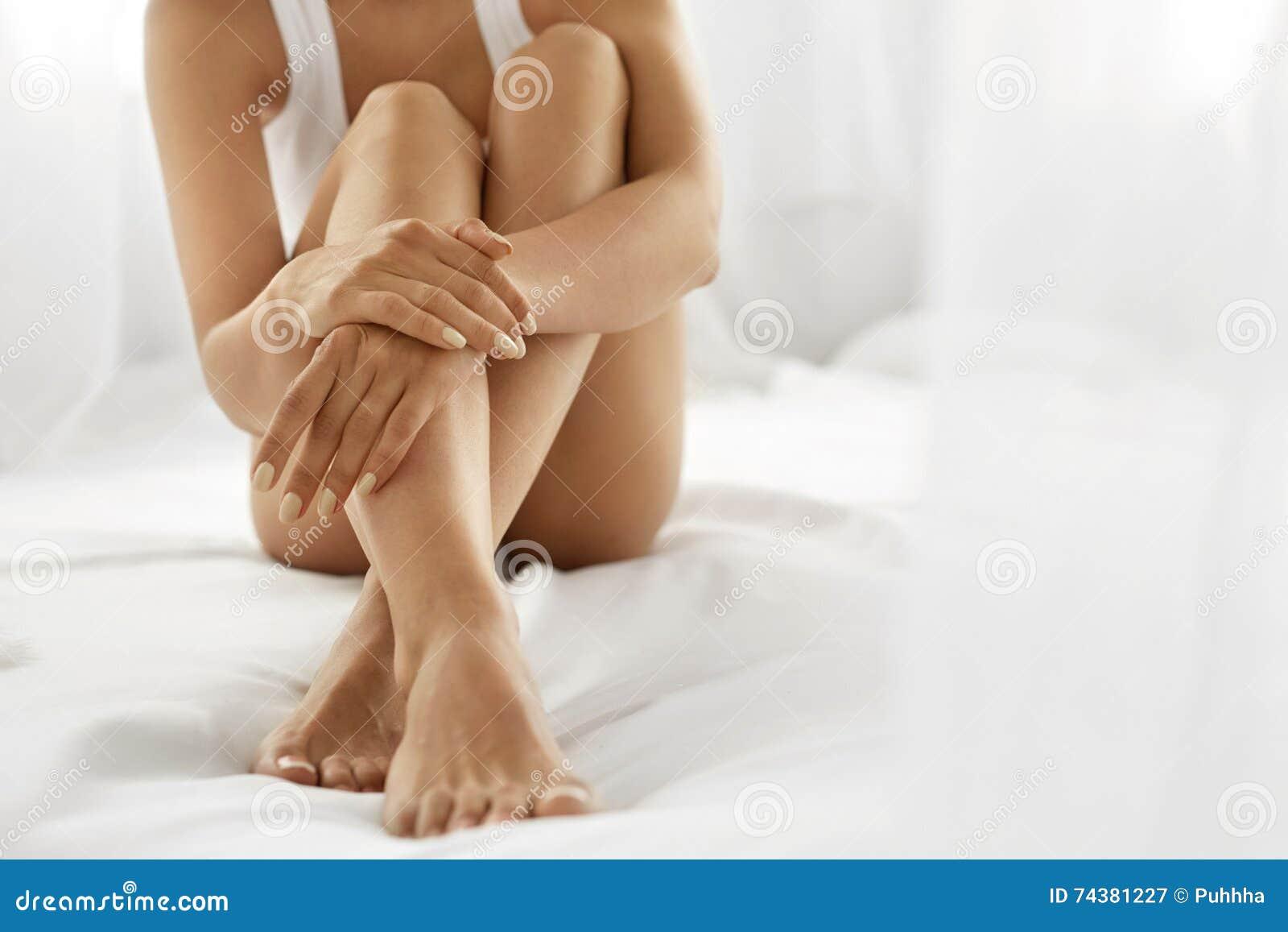 Vrouwenlichaamsverzorging Sluit omhoog van Lange Benen met Zachte Huid en Handen