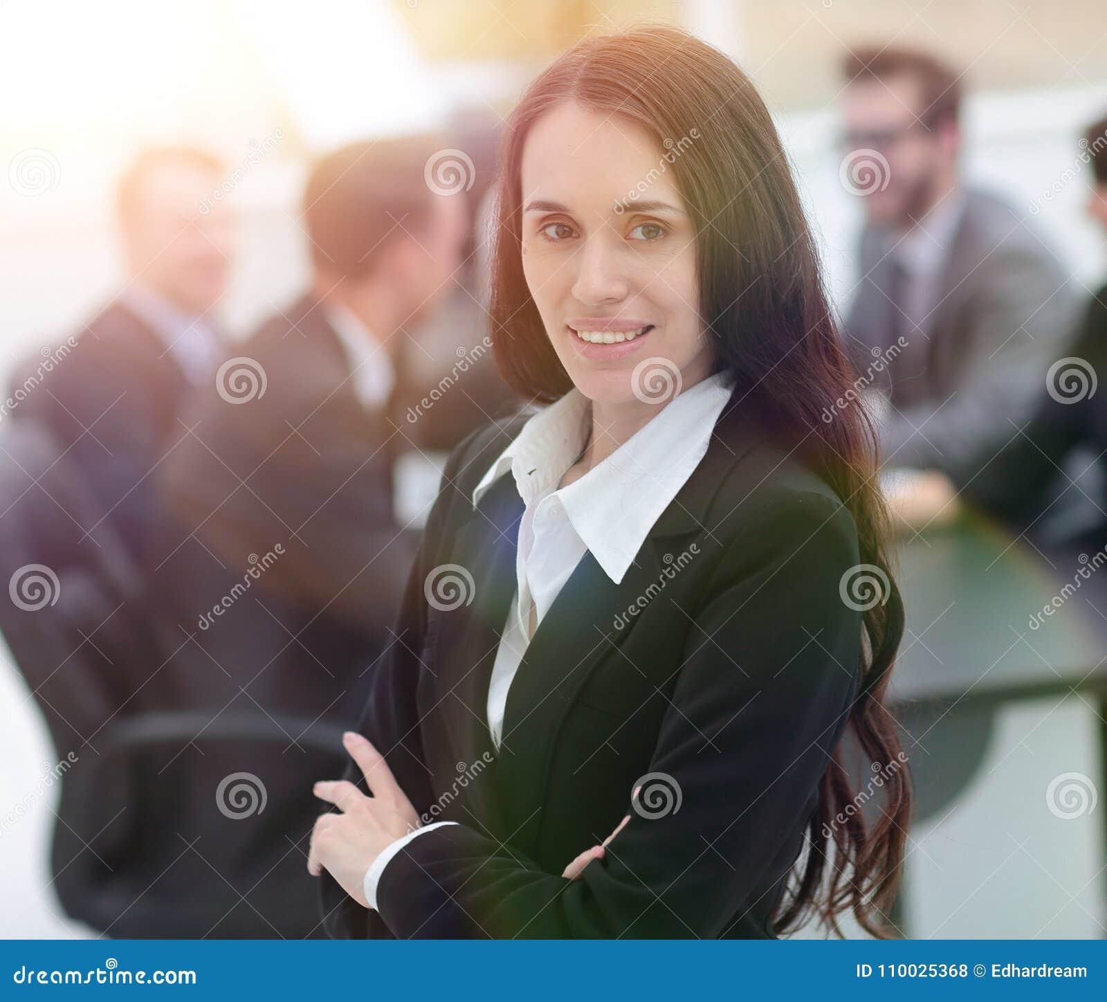 Vrouwenmanager op de achtergrond van het bureau