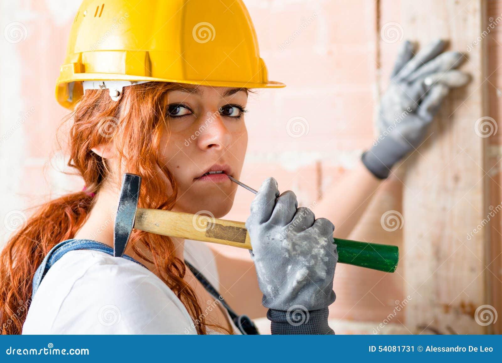 Vrouwenmetselaar met Hamer