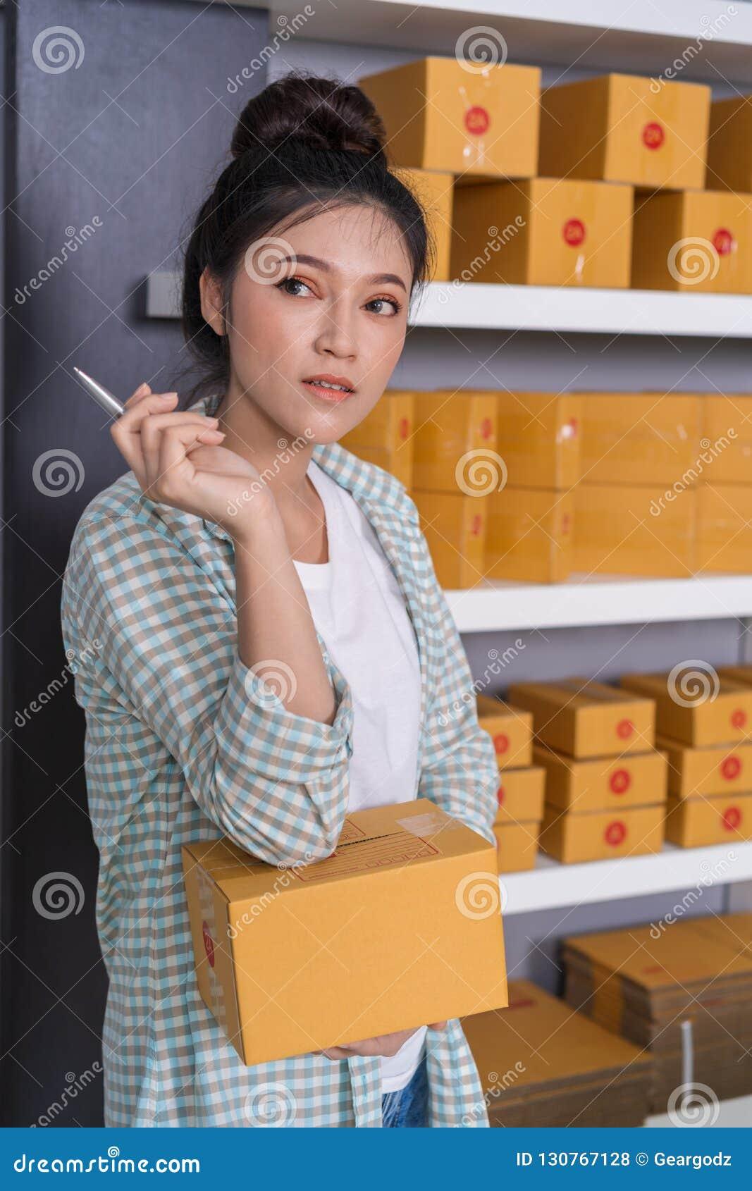 Vrouwenondernemer die met pakketdoos denken, online zaken, PR