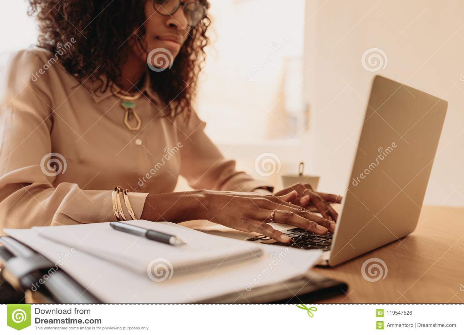 Vrouwenondernemer die van huis aan laptop werken