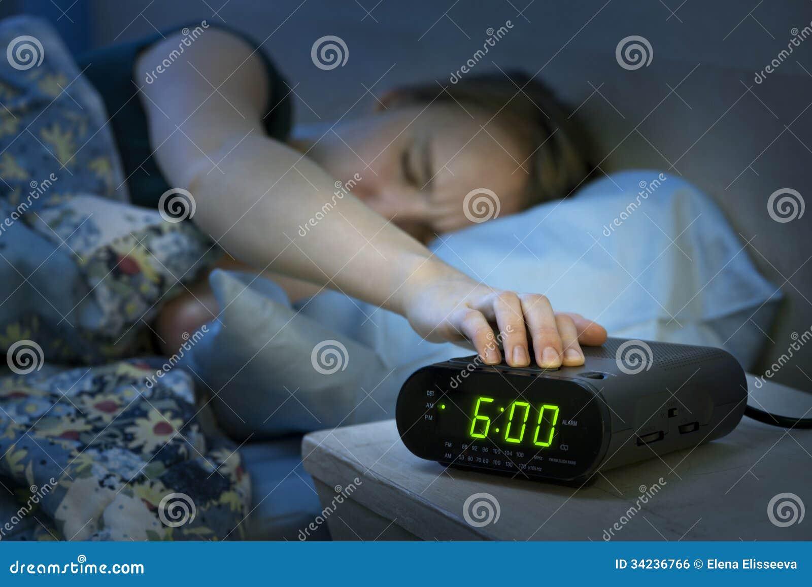 Vrouwenontwaken vroeg met wekker