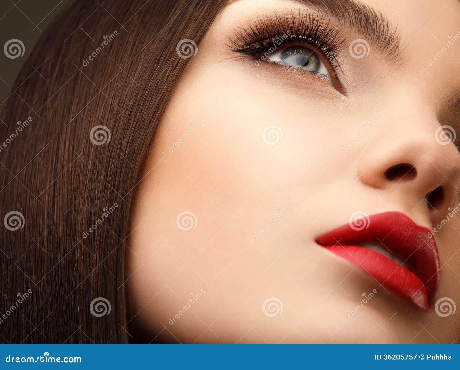 Vrouwenoog met Mooie Make-up en Lange Wimpers. Rode Lippen. Hallo
