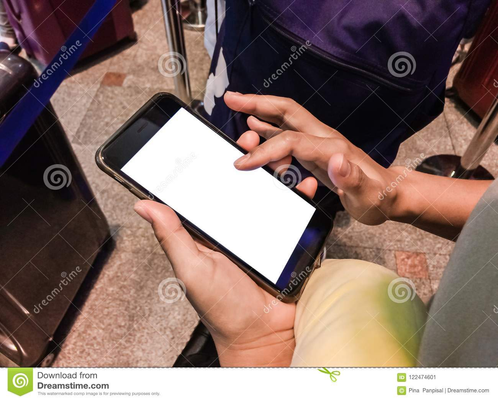Vrouwenpassagier die Smartphone in luchthaventerminal online gebruiken voor
