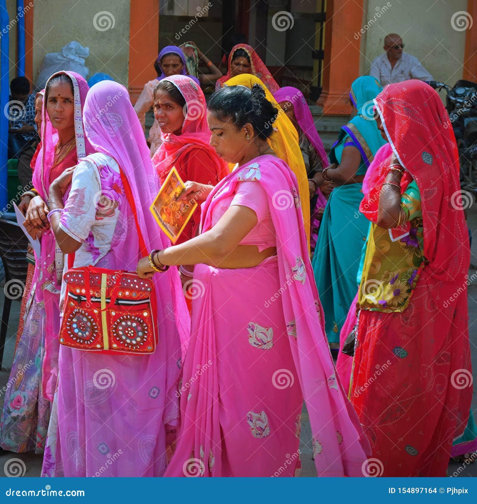 Vrouwenpelgrims die de Hindoese tempel bezoeken in Somnat in Gujarath