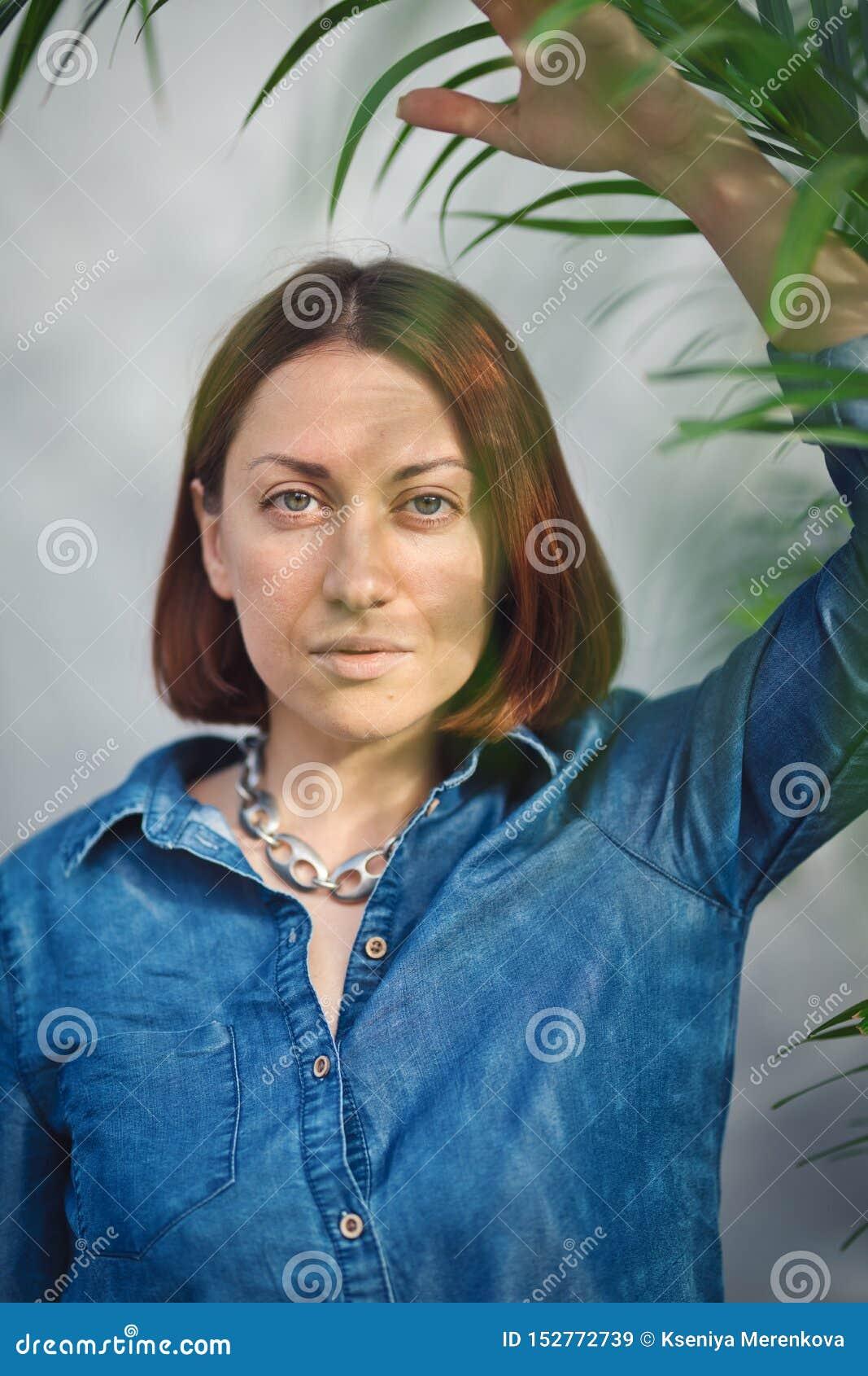 Vrouwenportret met groene bladeren