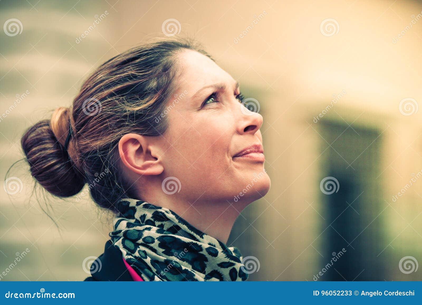 Vrouwenprofiel die omhoog eruit zien Natuurlijke uitdrukking