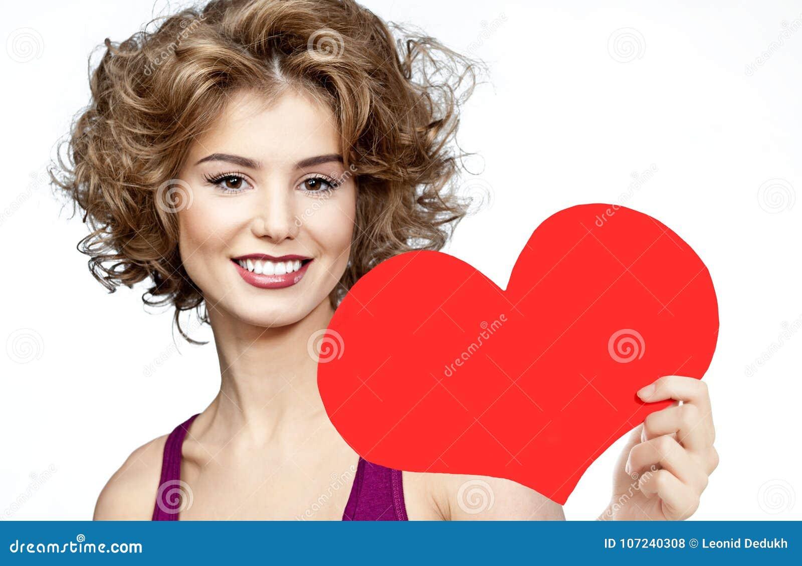 Vrouwenschoonheid met de rode liefde van de hartvalentijnskaart ` s