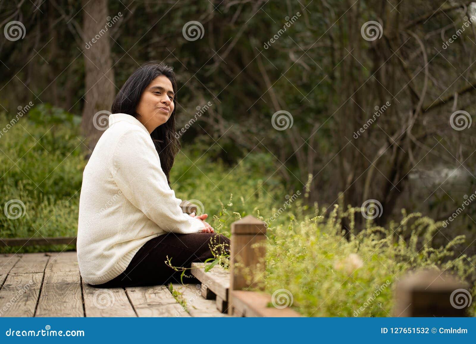 Vrouwenzitting in Houten Platform in Forest Preserve Contemplating het Landschap