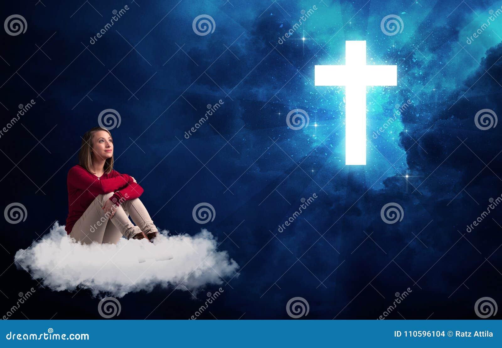 Vrouwenzitting op een wolk die een kruis bekijken