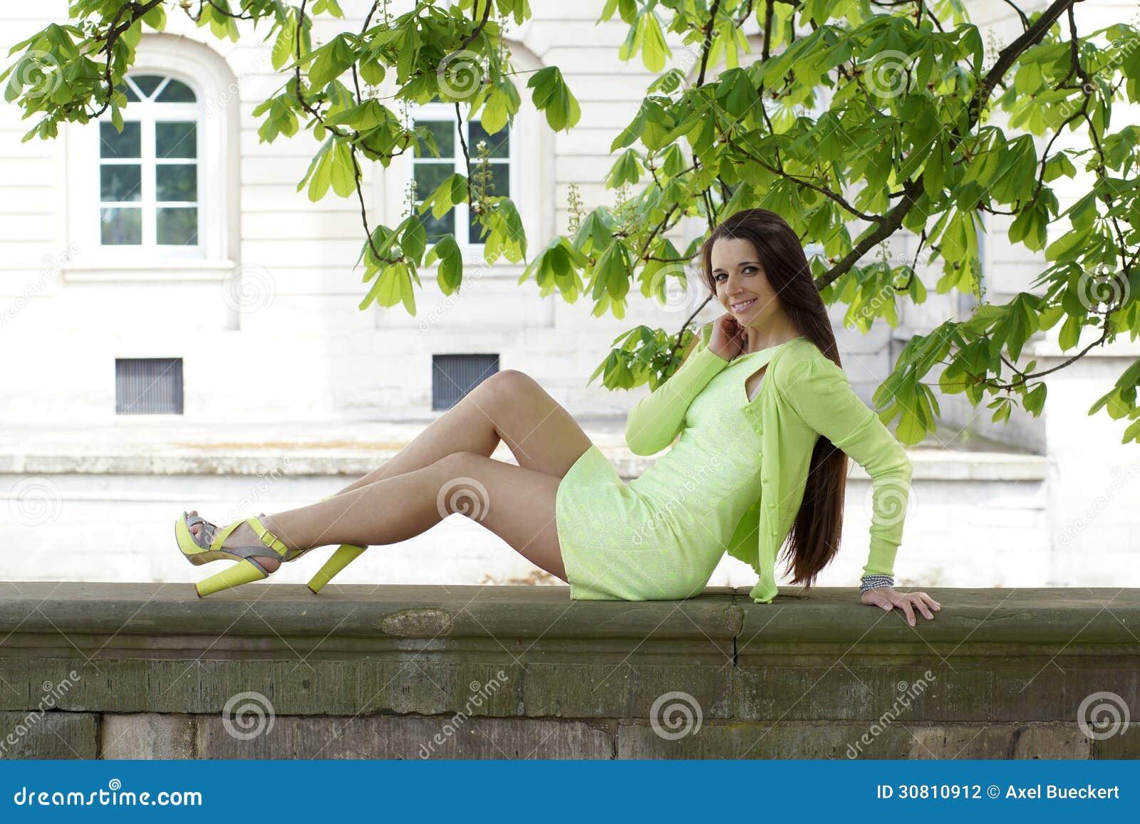 Vrouwenzitting op steenmuur