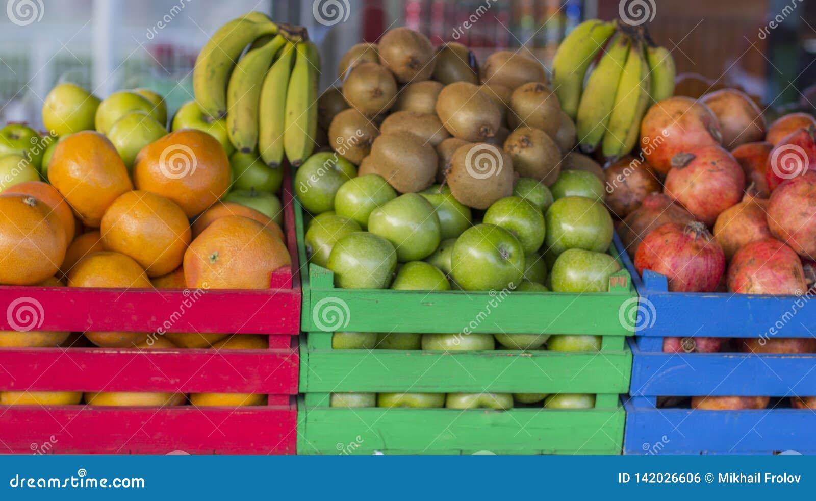 Vruchten in gekleurde houten kratten Kooienhoogtepunt van fruit