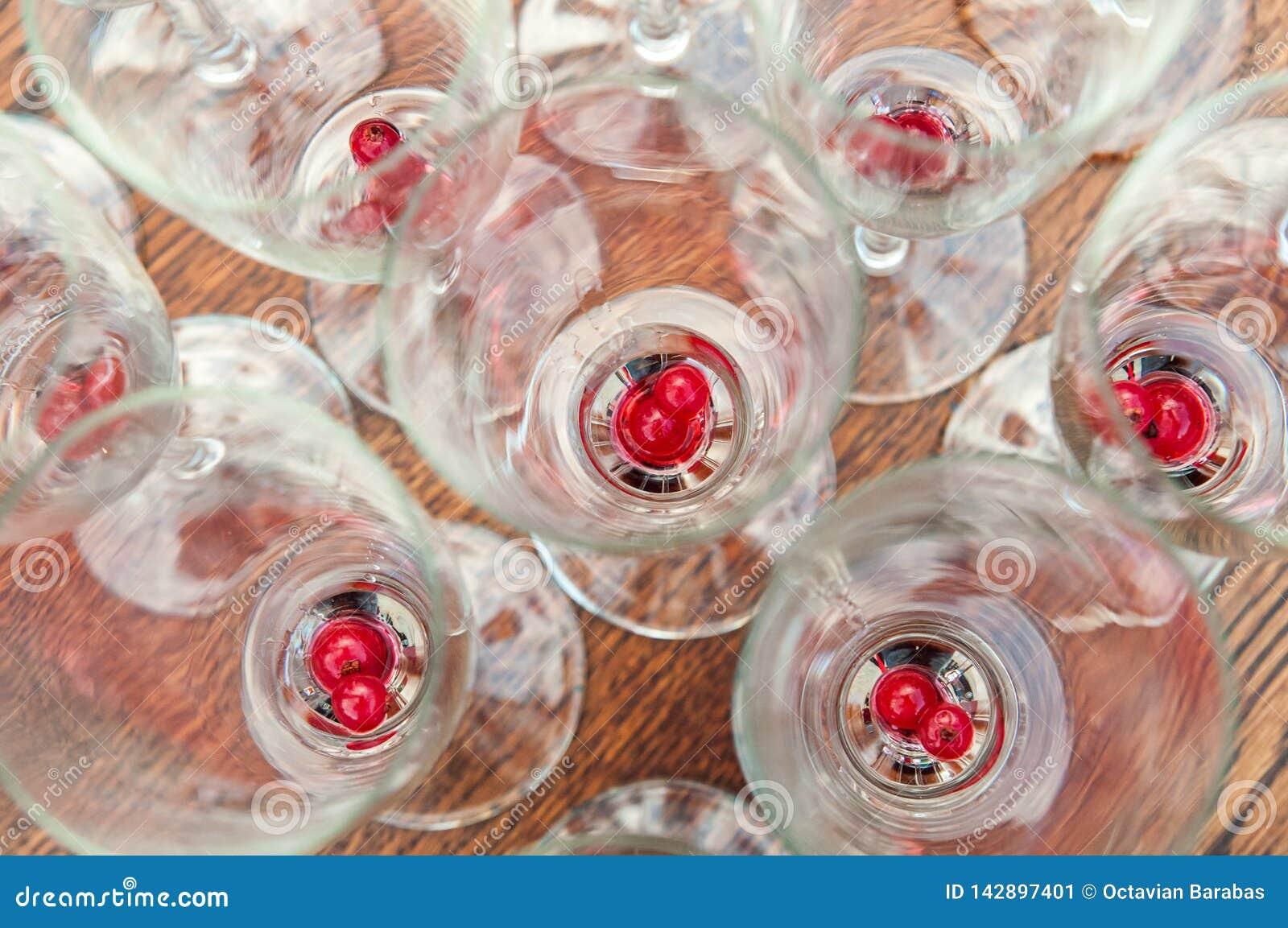 Vruchten op de bodem van mousserende wijnglazen