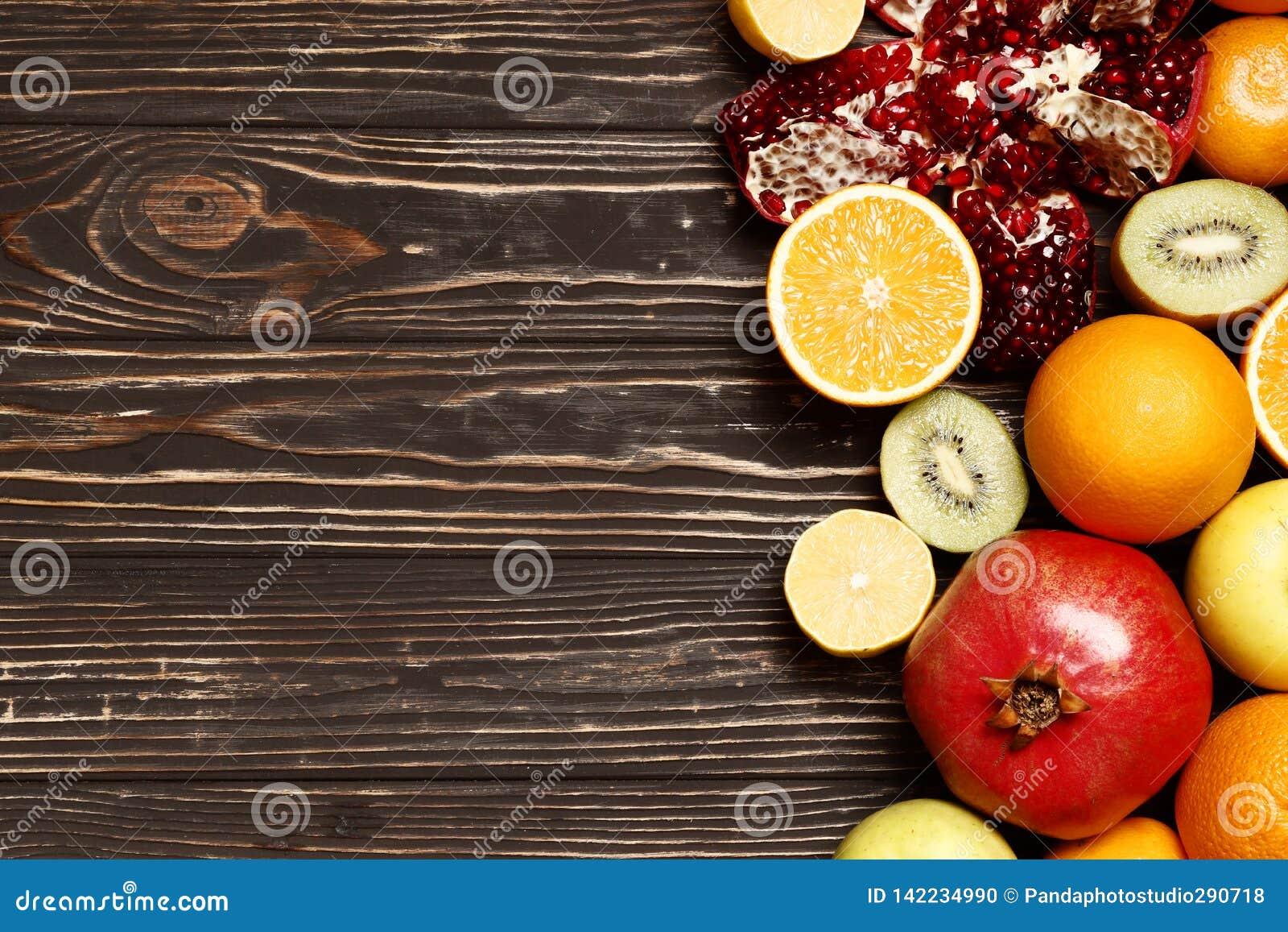 Vruchten op een houten lijst
