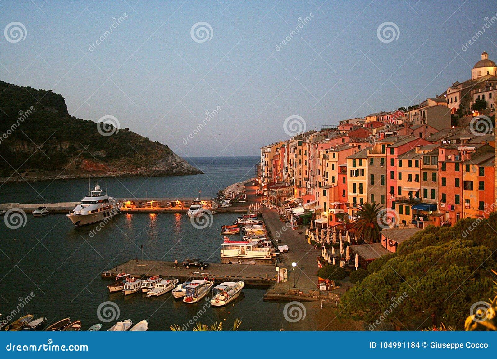 Vue à l aube de Portovenere et de port avec les bateaux amarrés, mer, bâtiments colorés, arbres