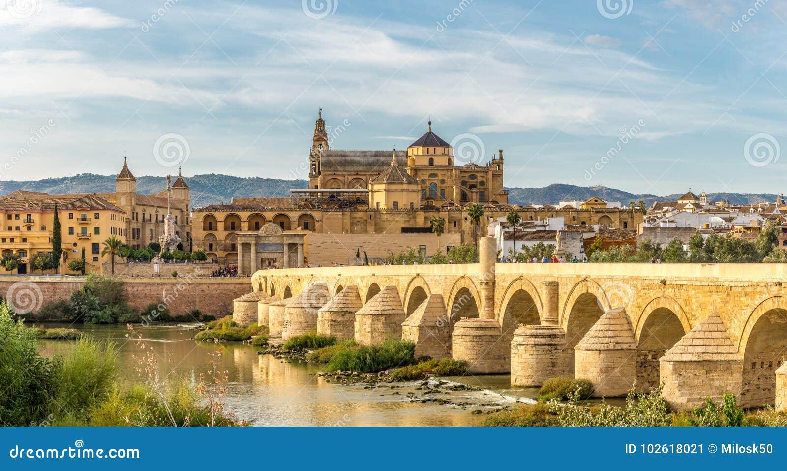 Vue A La Mosquee Cathedrale Avec Le Vieux Pont Romain A