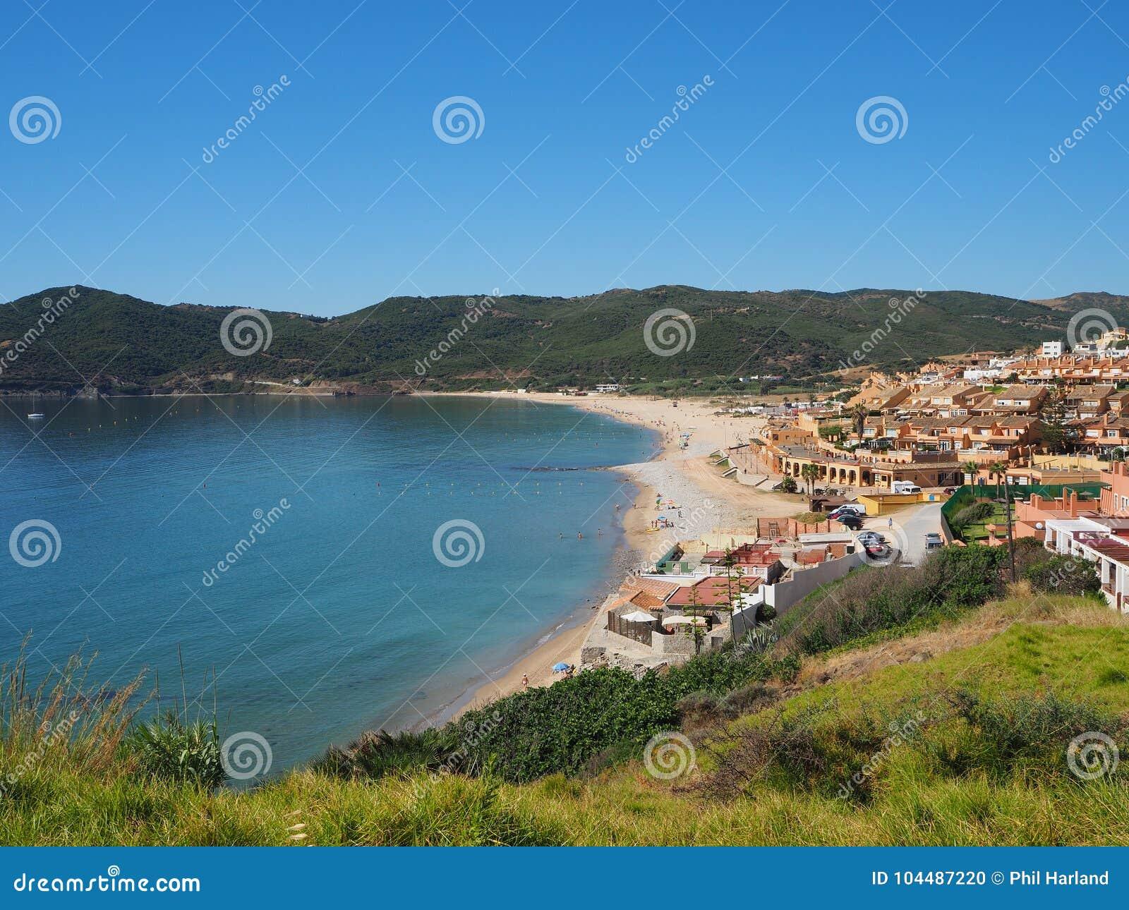 Vue à travers la mer et la plage