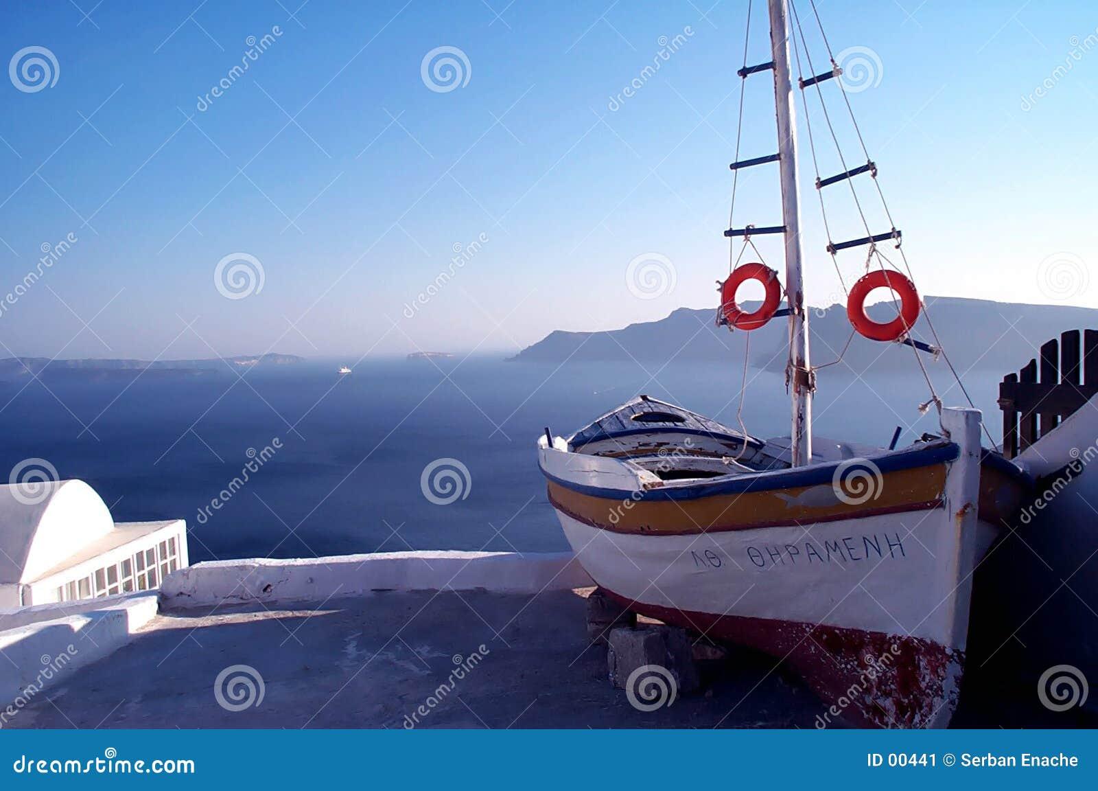 Vue étonnante avec le bateau et la mer 2