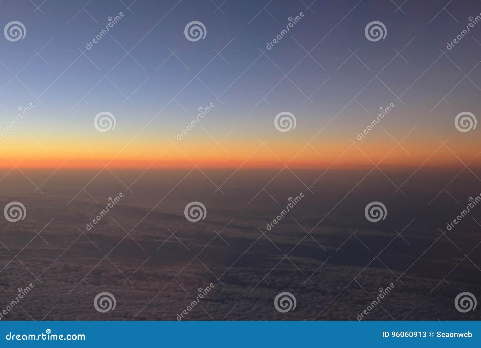 Vue étonnante d avion sur le ciel, le soleil de coucher du soleil et les nuages