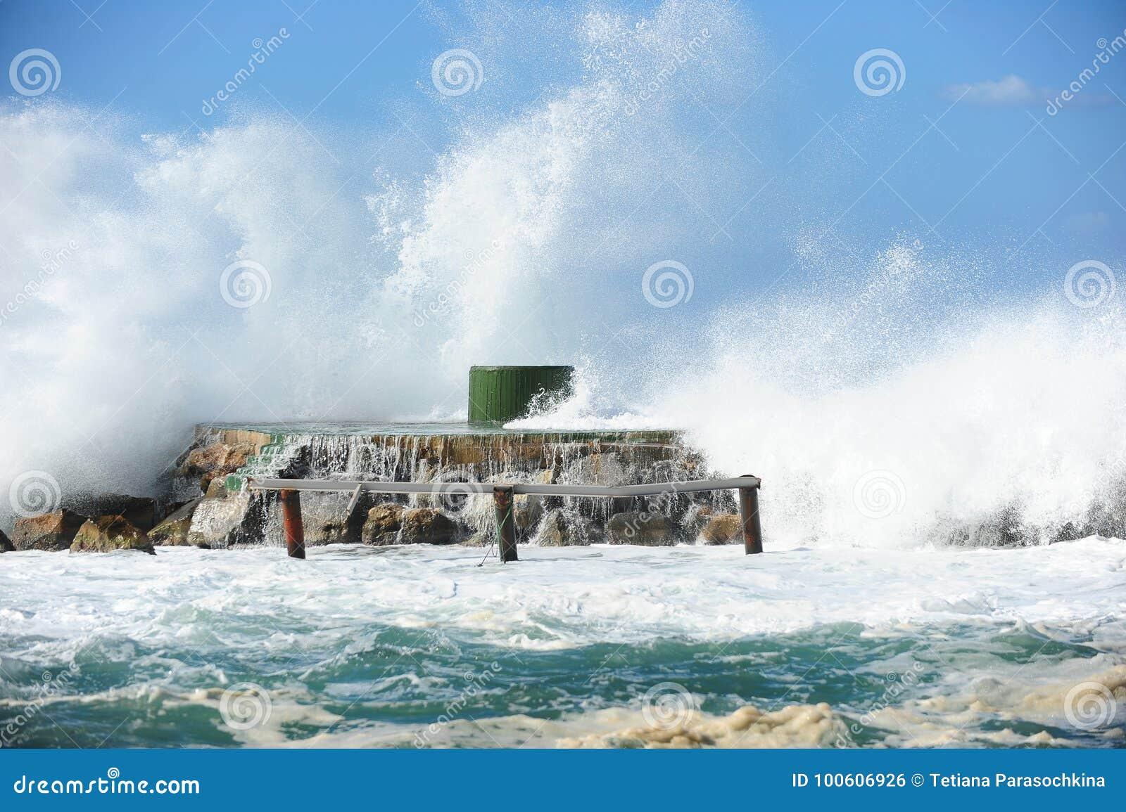Vue étonnante de mer, orage étonnant dans la dinde d été