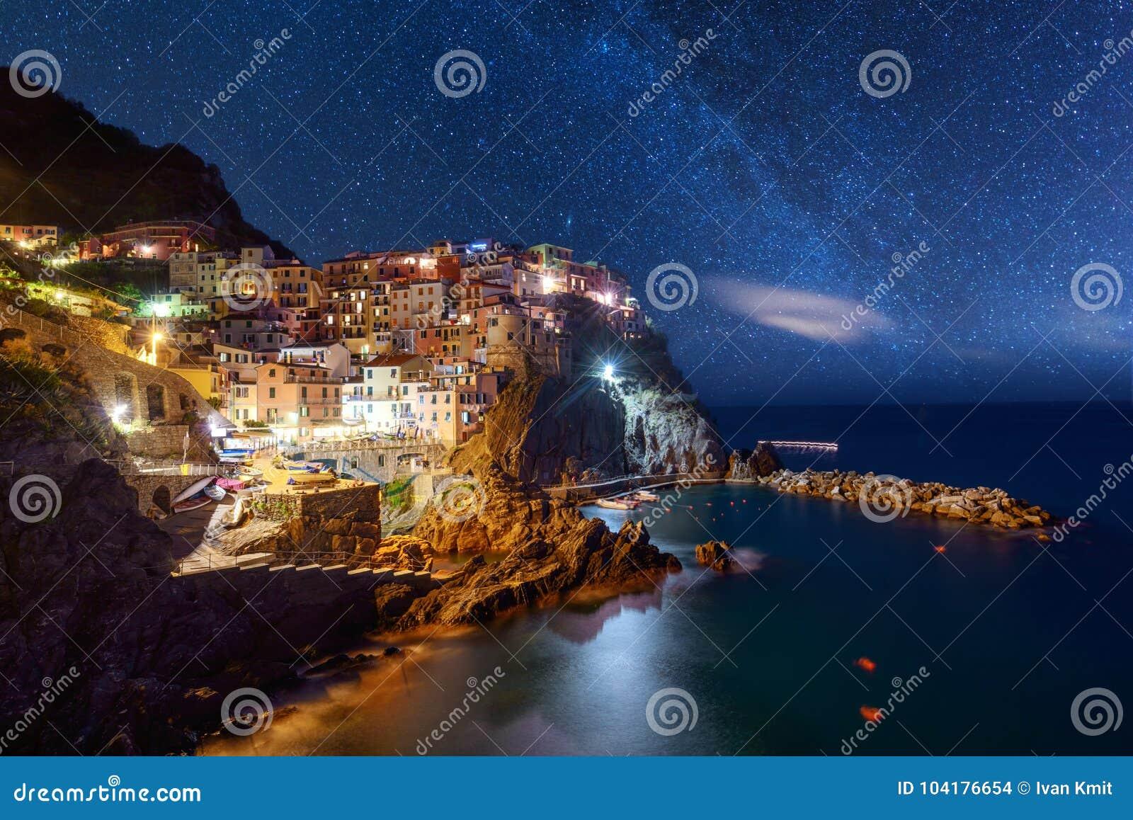 Vue étonnante de ville de Manarola à la lumière de soirée