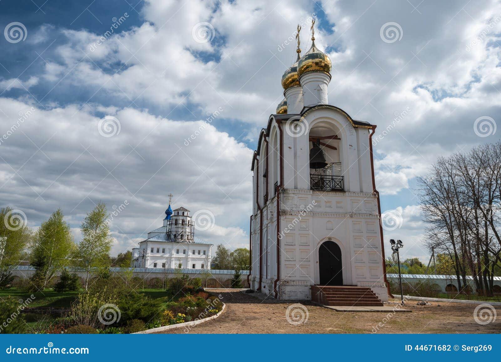 Vue étroite du beffroi au monastère de Saint-Nicolas (Nikolsky)