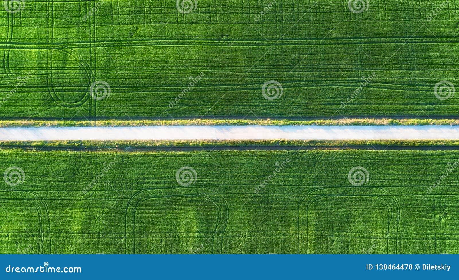 Vue aérienne à la route et au champ Paysage agricole d air Champ et route Ferme à l heure d été Photographie de bourdon