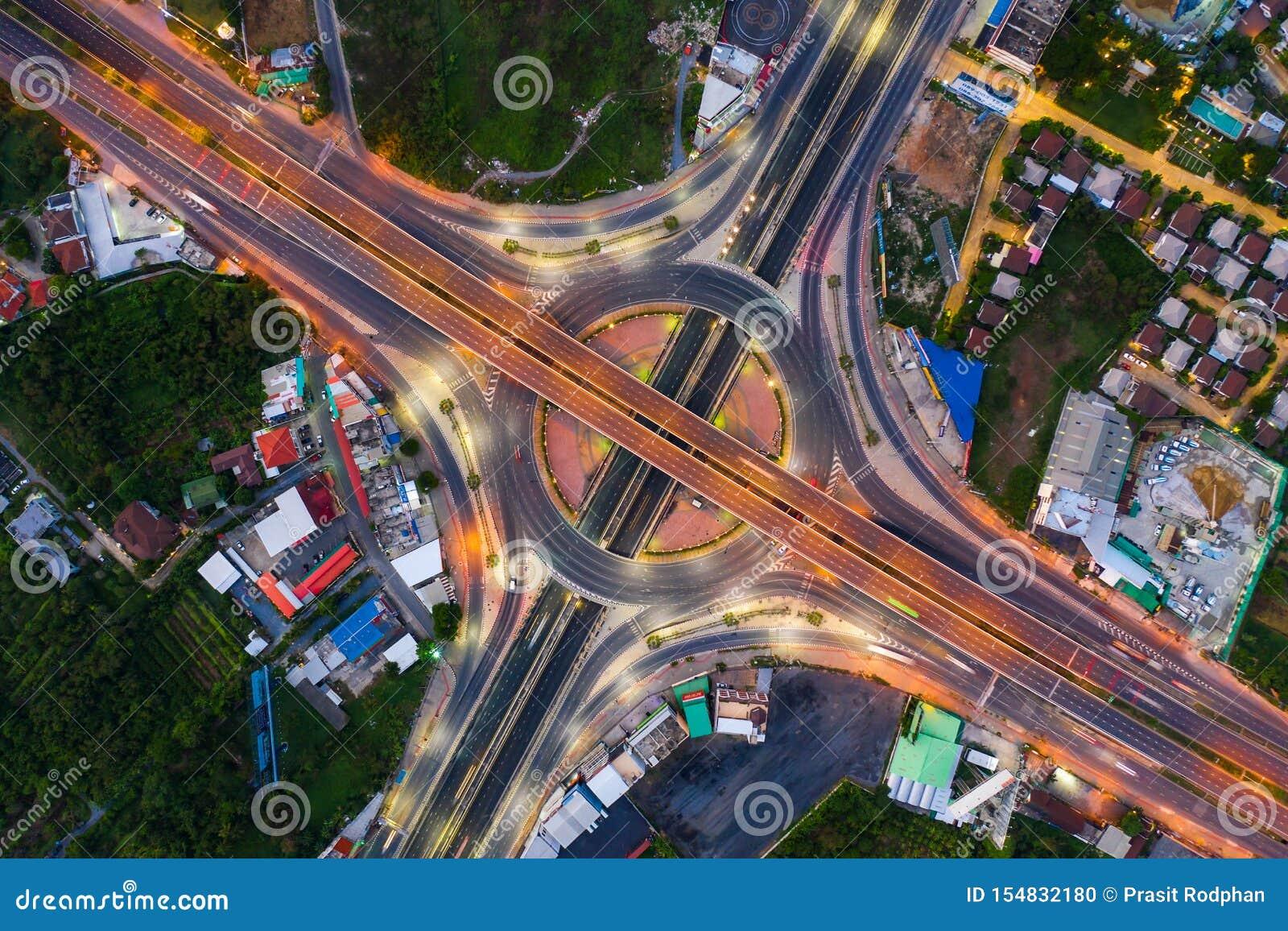 Vue aérienne ci-dessus des jonctions de route occupées de route au jour Le passage supérieur de intersection de route d autoroute