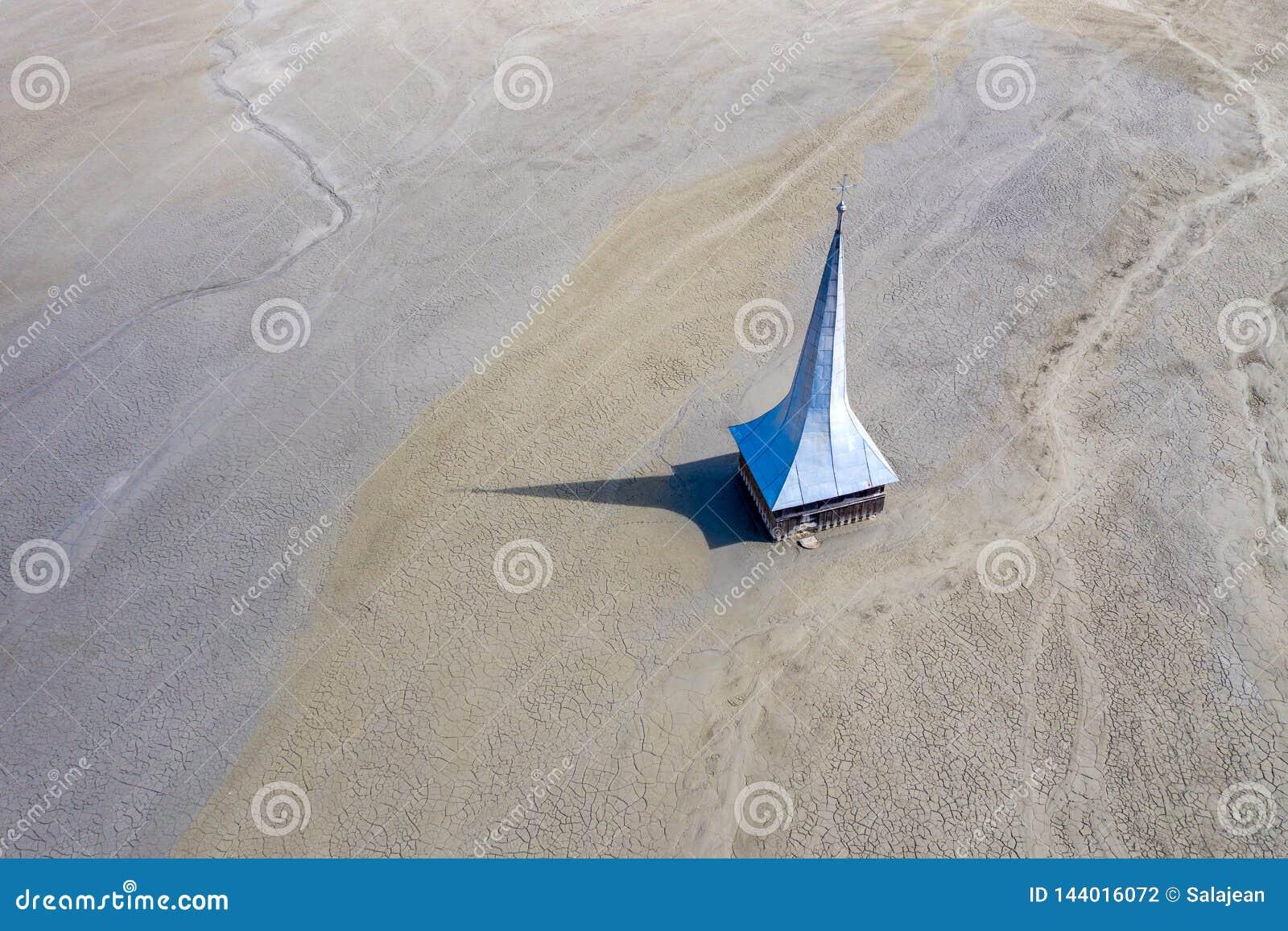 Vue aérienne d église inondée et abandonnée