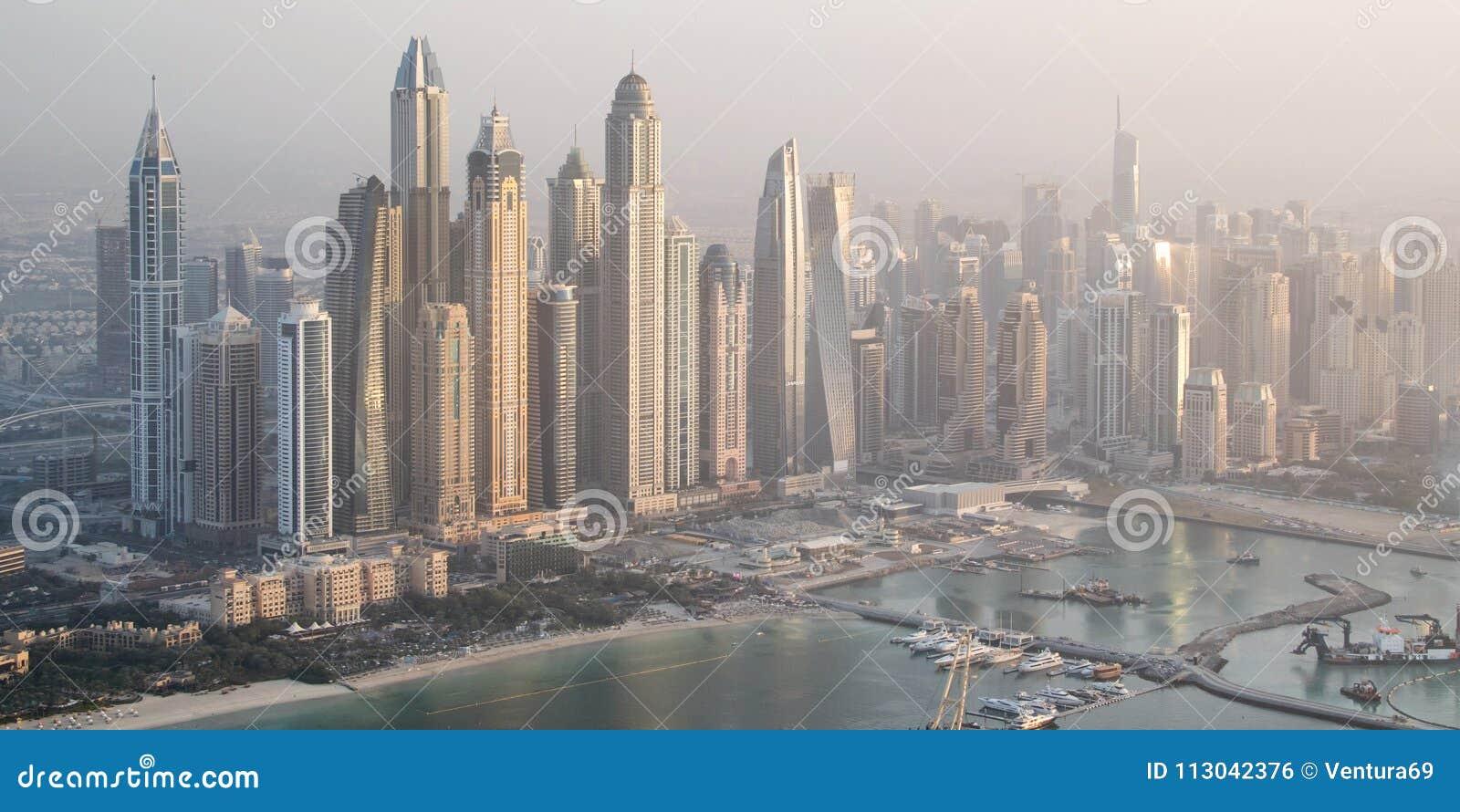 Vue aérienne d horizon de marina de Dubaï avec les bâtiments les plus grands, EAU