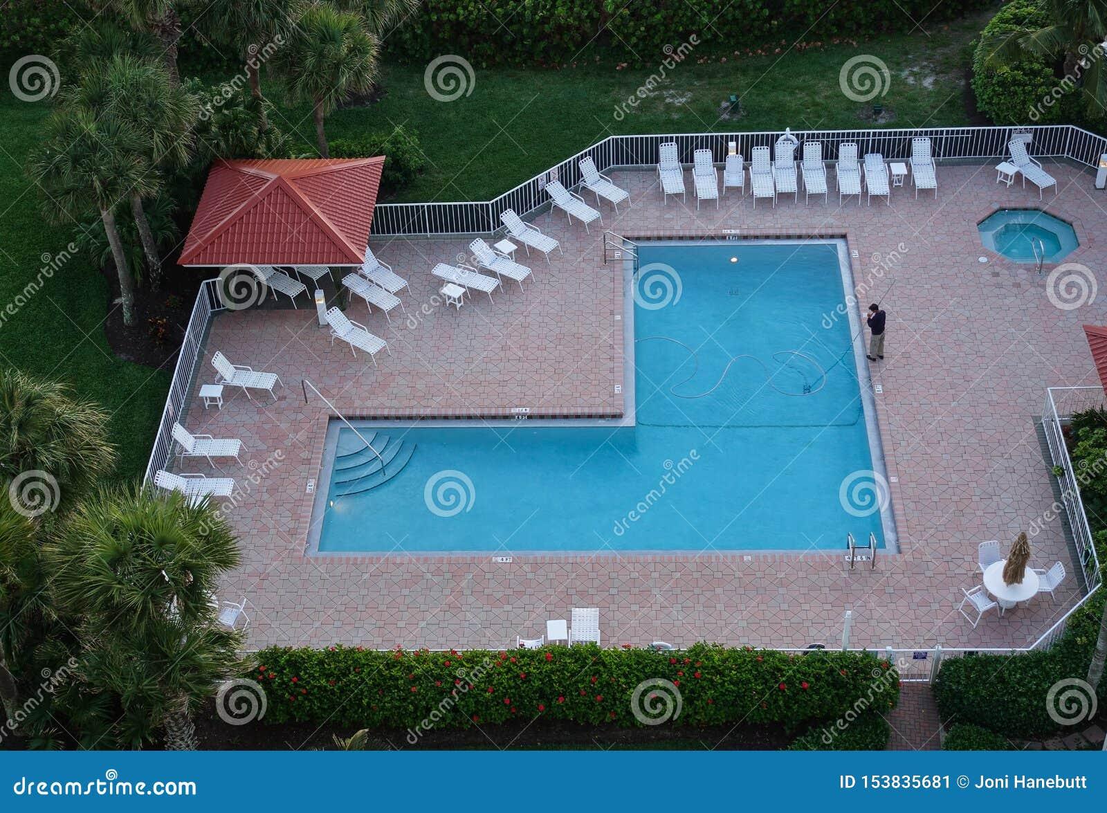 Vue aérienne d un homme nettoyant une piscine de station de vacances