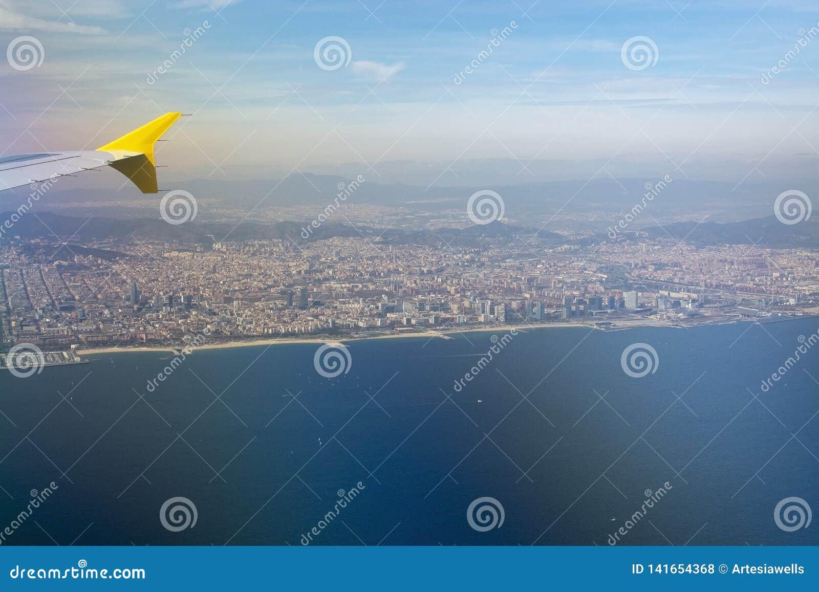 Vue aérienne de Barcelone avec l aile et le port de ligne aérienne de Vueling