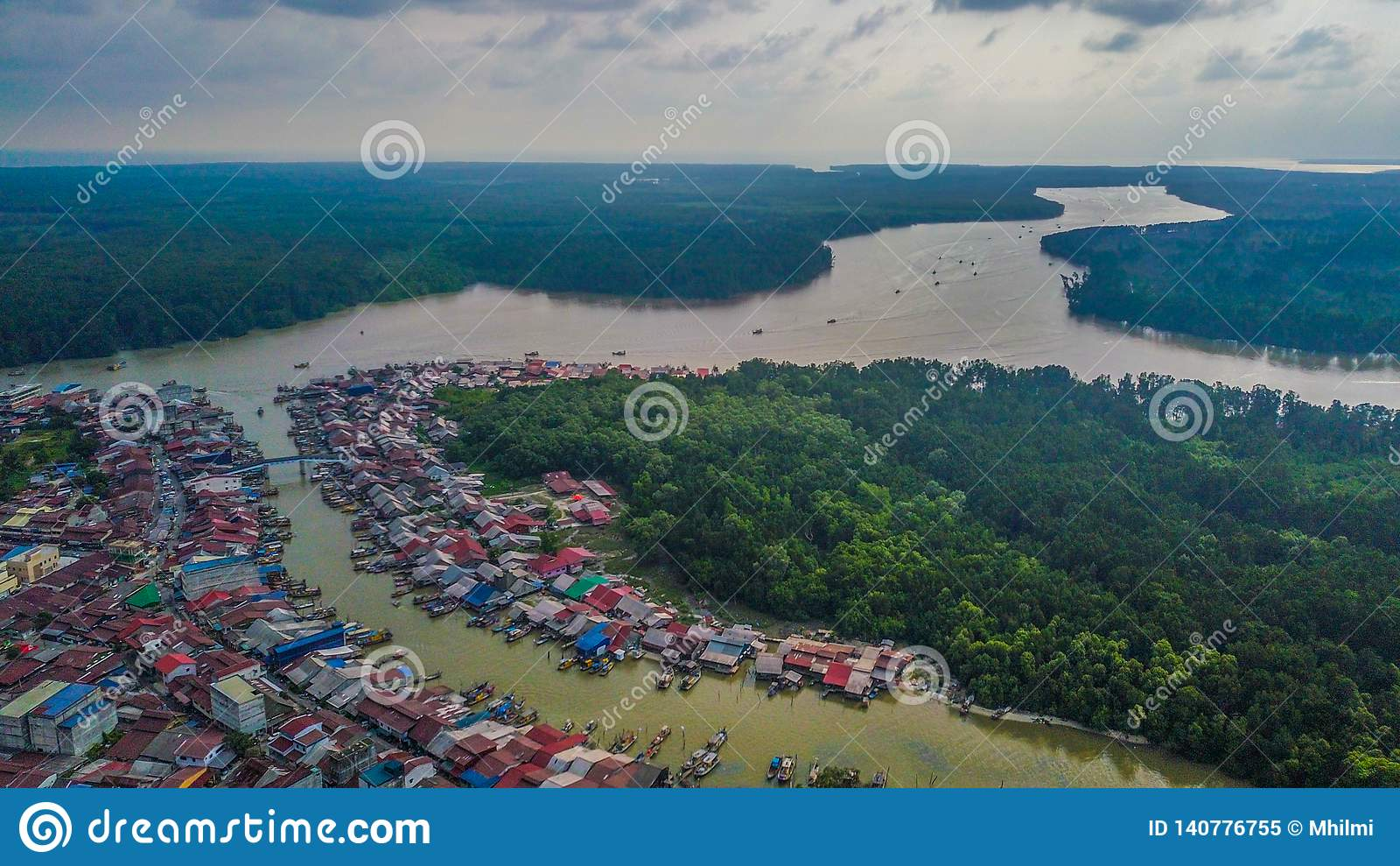 Vue aérienne de beau paysage du village de pêcheurs en Kuala Sepetang Malaysia