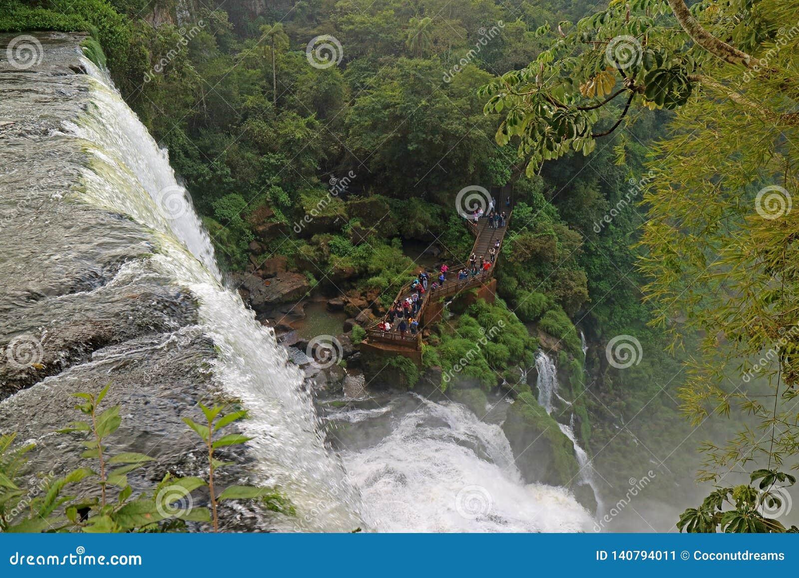 Vue aérienne de beaucoup de personnes découvrant la cascade impressionnante de la promenade, les chutes d Iguaçu, Puerto Iguazu,