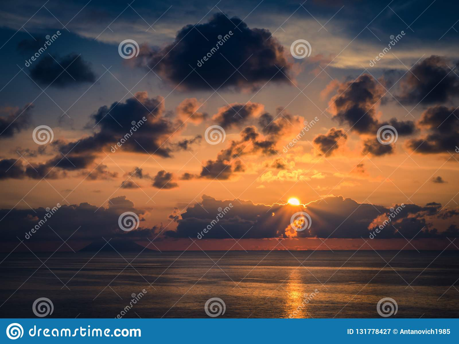Vue aérienne de beaux coucher du soleil de mer, rayons étonnants de soleil, paysage marin, horizon sans fin d horizon, ciel drama
