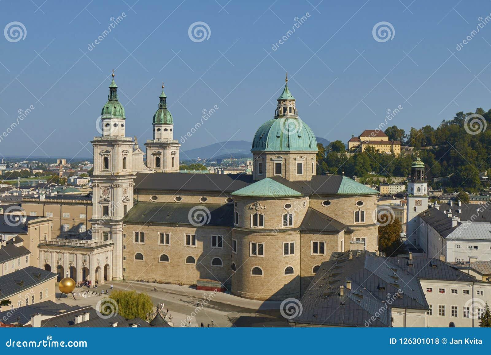 Vue aérienne de belle cathédrale de Salzbourg en Autriche avec le fond de ciel bleu
