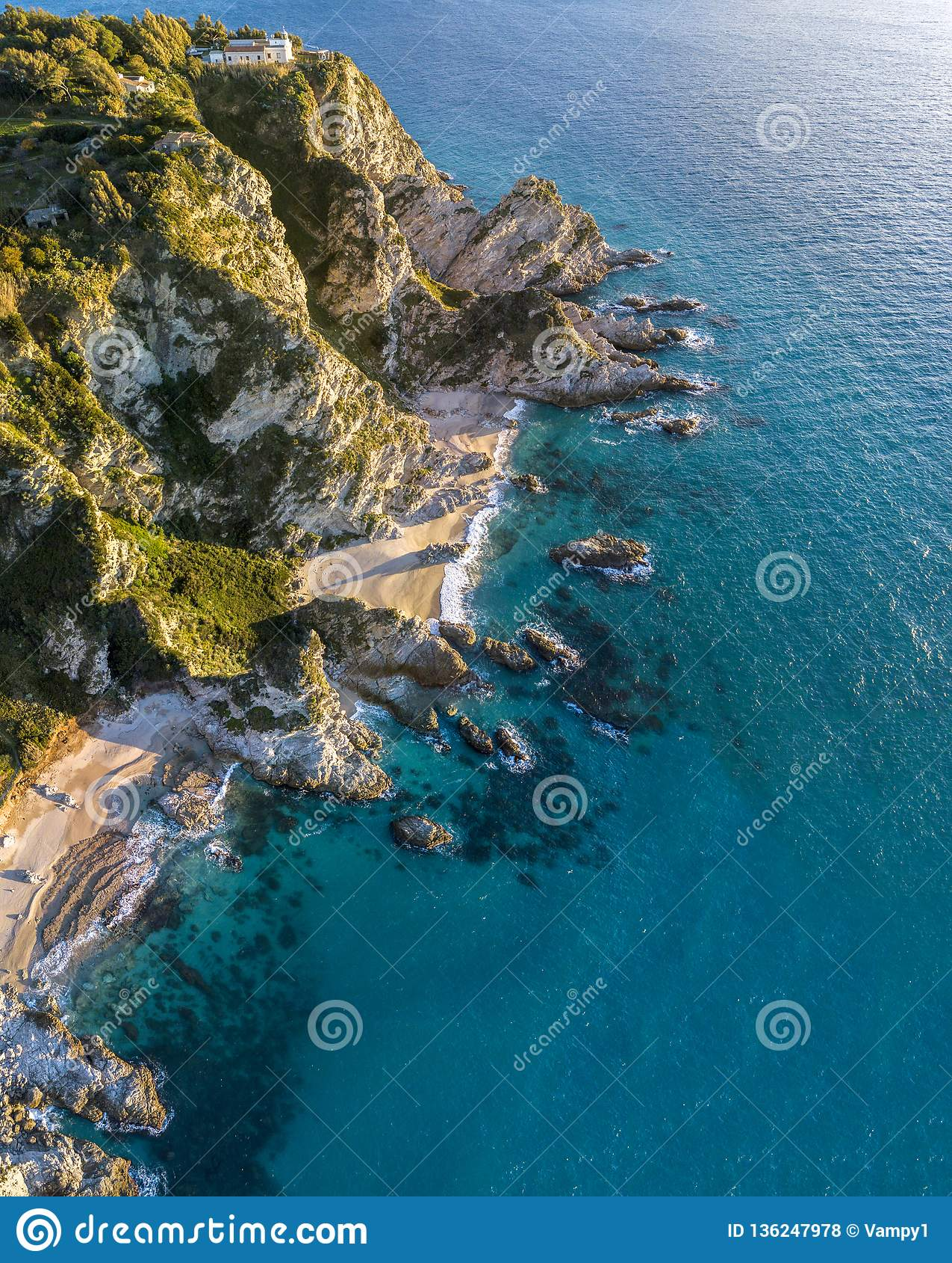 Vue aérienne de capo Vaticano, Calabre, Italie Ricadi Phare Côte des dieux Promontoire de la côte calabraise