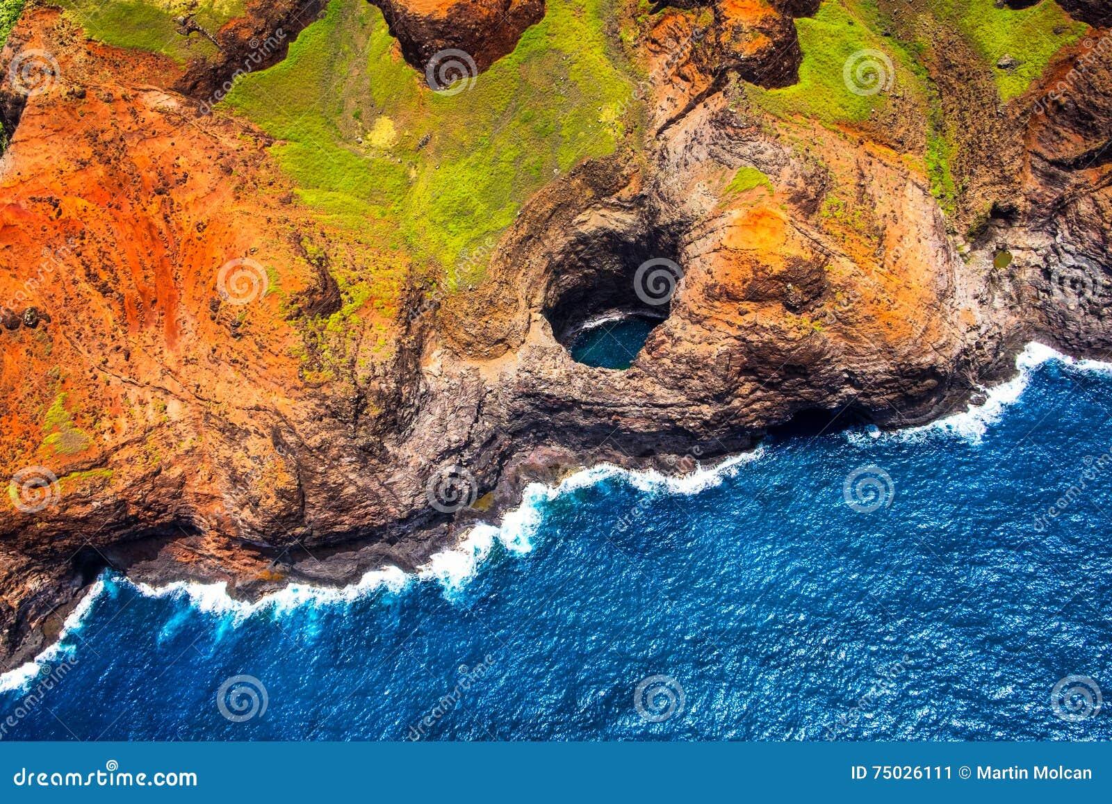 Vue aérienne de caverne ouverte de plafond de littoral de Na Pali de helicopt
